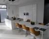 meble kuchenne nowoczesne biały wysoki połysk sprzęt w zabudowie wyspa szary konglomerat